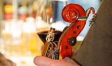 Hegedű és nemzeti színű szalag
