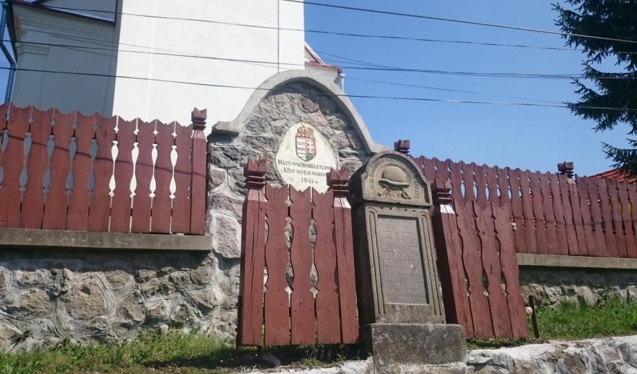 A református templomot körbevevő kőfalon a Magyarország címere a Szent Koronával